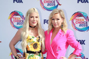 Tori Spelling (L) and Jennie Garth attend FOX's Teen Choice Awards 2019 on August 11, 2019 in Hermosa Beach, California.