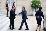 French President Francois Hollande (L) shakes hands with European Union Council President Donald Tusk (R) upon his arrival on June 27, 2016 at the Elysee Presidential Palace in Paris. / AFP / STEPHANE DE SAKUTIN