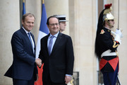 French President Francois Hollande (R) shakes hands with European Union Council President Donald Tusk (L) upon his arrival on June 27, 2016 at the Elysee Presidential Palace in Paris. / AFP / STEPHANE DE SAKUTIN