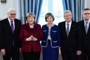 (L to R) German Foreign Minister Frank-Walter Steinmeier, German Chancellor Angela Merkel, Daniela Schadt, her partner German President Joachim Gauck and German Interior Minister Thomas de Maiziere attend the President's New Year's reception on January 10, 2017 at the presidential Bellevue Palace in Berlin. / AFP / Tobias SCHWARZ