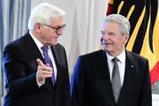 German President Joachim Gauck (R) talks with German Foreign Minister Frank-Walter Steinmeier during the President's New Year's reception on January 10, 2017 at the presidential Bellevue Palace in Berlin. / AFP / Tobias SCHWARZ