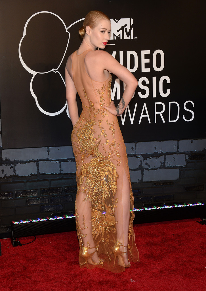 Iggy azalea showed of her curves in a golden emilio pucci dress work
