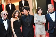 (FromL) French director Arnaud Desplechin, French actress Marion Cotillard, French actor Louis Garrel, French actress Charlotte Gainsbourg and French actor Hippolyte Girardot pose as they arrive on May 17, 2017 for the screening of their film 'Ismael's Ghosts' (Les Fantomes d'Ismael) during the opening ceremony of the 70th edition of the Cannes Film Festival in Cannes, southern France.  / AFP PHOTO / Alberto PIZZOLI