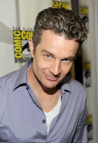 Victor Hesse || James Marsters {LIBRE} James+Marsters+Caprica+Press+Room+Comic+Con+4uywPMfBPskl