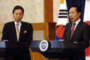 Japanese Prime Minister Yukio Hatoyama (L) and South Korean President Lee Myung-Bak (R) during the joint press conference at the presidential Blue House on October 9, 2009 in Seoul, South Korea. Hatoyama is in South Korea ahead of visiting China for talks on upholding international sanctions against North Korea.