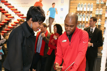Jennifer Hudson Jennifer Hudson Celebrates The Grand Opening Of The Verizon Destination Store On Chicago's Magnificent Mile