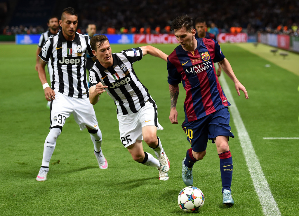 Lionel Messi, Stephan Lichtsteiner - Lionel Messi Photos ...