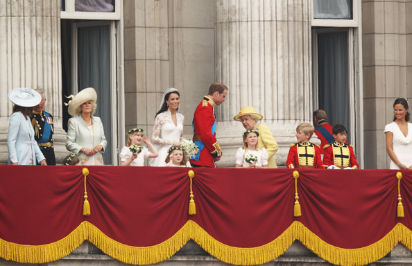 Kate middleton and queen elizabeth ii photos photos for Queens wedding balcony