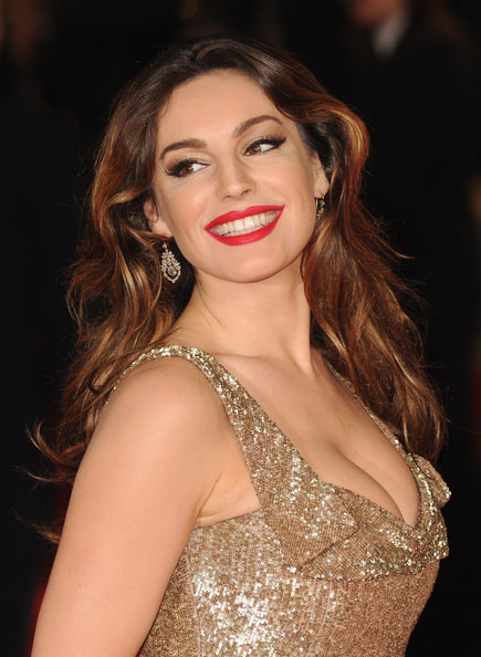 http://www2.pictures.zimbio.com/gi/Kelly+Brook+Skyfall+Royal+World+Premiere+Arrivals+Vn_QD7MOqOkl.jpg