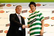 South Korean footballer Ki Sung-Yueng shakes hands with Chief Executive of Celtic Peter Lewell during a press conference announcing he will be joining Glasgow Celtic  at Nike Korea on December 21, 2009 in Seoul, South Korea. Ki Sung-Yueng, has agreed a contract for up to four years with the club and will join Celtic on January 1, 2010.