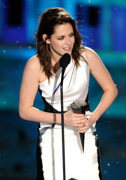 """Kristen Stewart Actress Kristen Stewart accepts the Best Fantasy Actress award onstage during Spike TV's """"Scream 2010"""" at The Greek Theatre on October 16, 2010 in Los Angeles, California."""