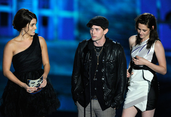 """Kristen Stewart Actress Nikki Reed, actor Jackson Rathbone and actress Kristen Stewart accept the award for Best Fantasy Movie onstage during Spike TV's """"Scream 2010"""" at The Greek Theatre on October 16, 2010 in Los Angeles, California."""