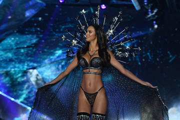 Lais Ribeiro 2018 Victoria's Secret Fashion Show - Runway