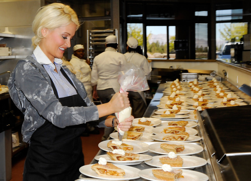 Holly madison in las vegas performers serve thanksgiving for What to serve for thanksgiving lunch
