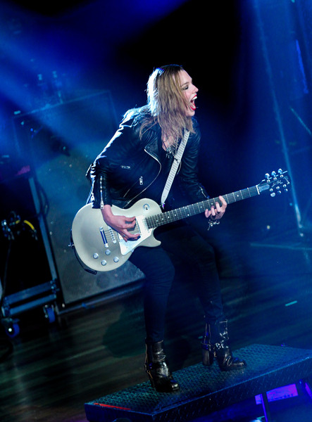 Lzzy hale pictures halestorm with the pretty reckless in - Lzzy hale boyfriend ...