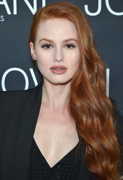 Il 23-anni, 168 cm alto Madelaine Petsch in 2018 photo