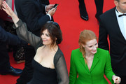 Members of the Feature Film jury, US actress Jessica Chastain (R) and French actress Agnes Jaoui (L), arrive on May 21, 2017 for the screening of the film 'The Meyerowitz Stories (New and Selected)' at the 70th edition of the Cannes Film Festival in Cannes, southern France.  / AFP PHOTO / LOIC VENANCE