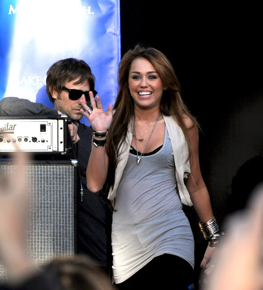 مملكه miley cyrus &hannah montana  Miley+Cyrus+Performs+Make+Wish+Foundation+OEePMdE2z9Tl