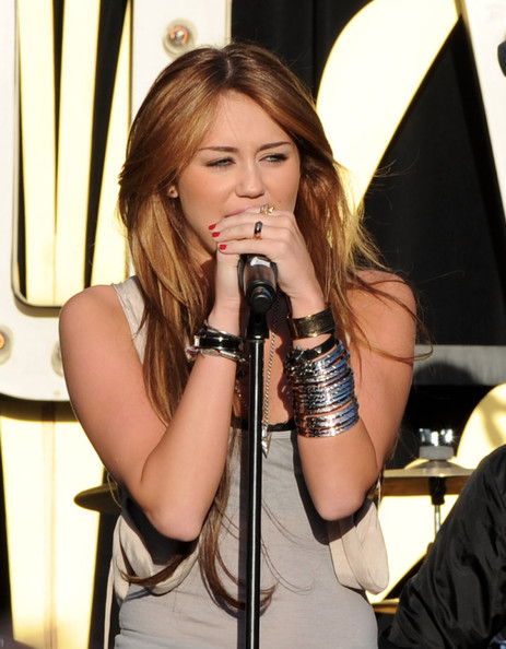 مملكه miley cyrus &hannah montana  Miley+Cyrus+Performs+Make+Wish+Foundation+s8wlm_pBb0Rl