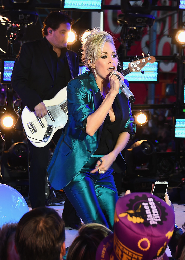 Carrie underwood performs at dick clarks pics 972