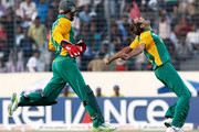 Imran Tahir (R) and wicketkeeper A.B de Villiers of South Africa celebrates the wicket of Jesse Ryder of New Zealand caught during 2011 ICC World Cup Quarter-Final match between New Zealand and South Africa at Shere-e-Bangla National Stadium on March 25, 2011 in Dhaka, Bangladesh.