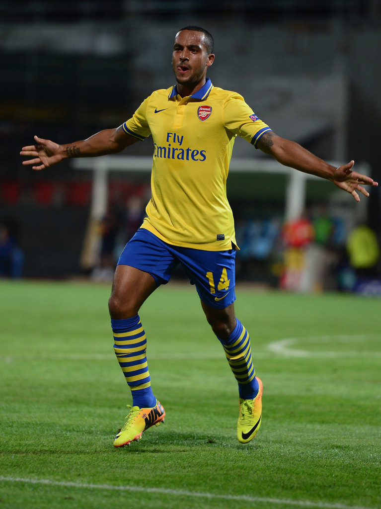 theo walcott photos photos olympique de marseille v arsenal zimbio. Black Bedroom Furniture Sets. Home Design Ideas