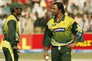Pakistan's Shoaib Malik speaks to Shoaib Akhtar during the Fifth One Day International match between Pakistan and South Africa at Gaddafi Stadium on 29 October, 2007 in Lahore, Pakistan.