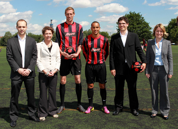 ¿Cuánto mide Peter Crouch? - Altura - Real height Peter+Crouch+Theo+Walcott+FA+Mars+Just+Play+wtIuh7asV9sl
