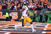 Antonio Brown #84 of the Pittsburgh Steelers scores the game winning touchdown during the fourth quarter of the game against the Cincinnati Bengals at Paul Brown Stadium on October 14, 2018 in Cincinnati, Ohio. Pittsburgh defeated Cincinnati 28-21.