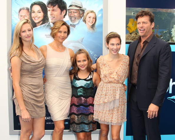 Premiere of warner bros pictures 39 dolphin tale for Jill goodacre wedding dress