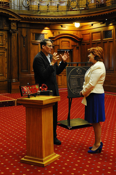 UK Foreign Minister Presents Plaque to NZ Parliament