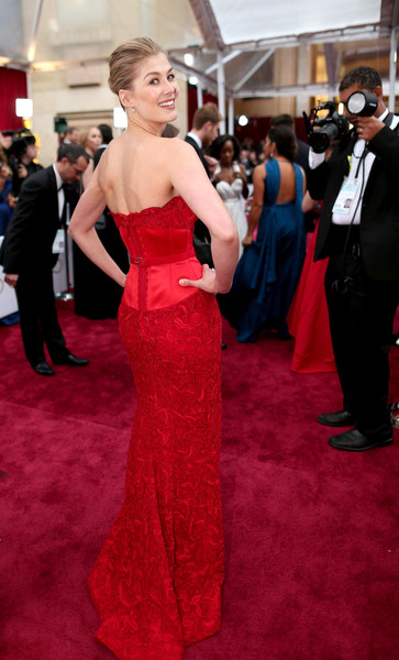 Rosamund Pike poses for photographers at the 2015 Oscars.