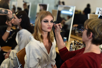 Rosie Huntington-Whiteley Versace : Backstage - Paris Fashion Week - Haute Couture Spring Summer 2016