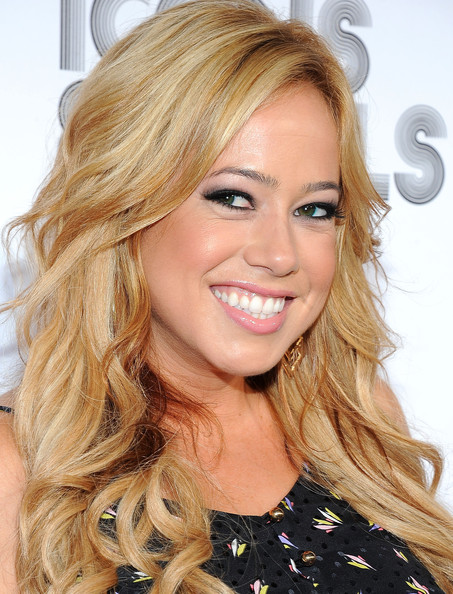 The 33-year old daughter of father Fred Hinojos and mother Kathy Hinojos, 163 cm tall Sabrina Bryan in 2018 photo