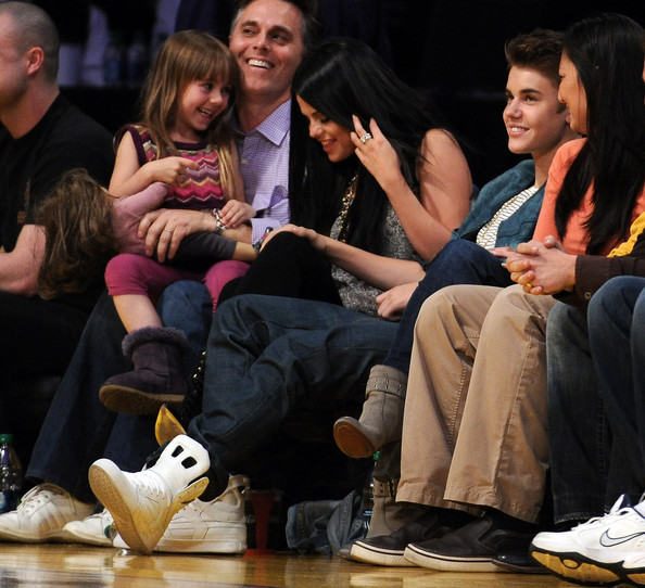 Justin Bieber And Selena Gomez Kissing Justin Beiber reacts after his