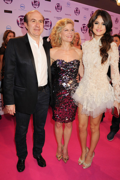 Selena Gomez (L to R) President and CEO, Viacom Inc. Phillipe Dauman, Debbie Dauman and MTV Europe Music Awards Hostess Selena Gomez attend the MTV Europe Music Awards 2011 at the Odyssey Arena on November 6, 2011 in Belfast, Northern Ireland.