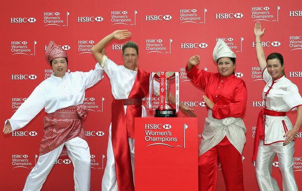 HSBC Women's Champions: Previews [hsbc womens champions - previews,martial arts uniform,red,shidokan,uniform,sports,dobok,suzann pettersen,shanshan feng,l-r,pose,trophy,china,singapore,usa,photocall]