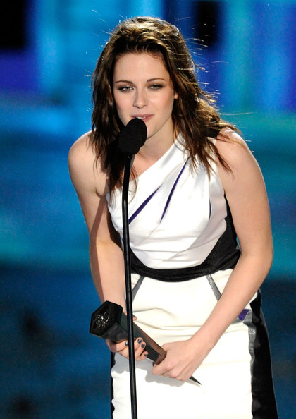 """Actress Kristen Stewart accepts the Best Fantasy Actress award onstage during Spike TV's """"Scream 2010"""" at The Greek Theatre on October 16, 2010 in Los Angeles, California."""