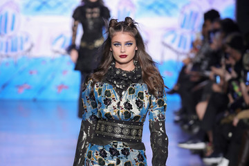 Taylor Hill Anna Sui - Runway - February 2017 - New York Fashion Week: The Shows