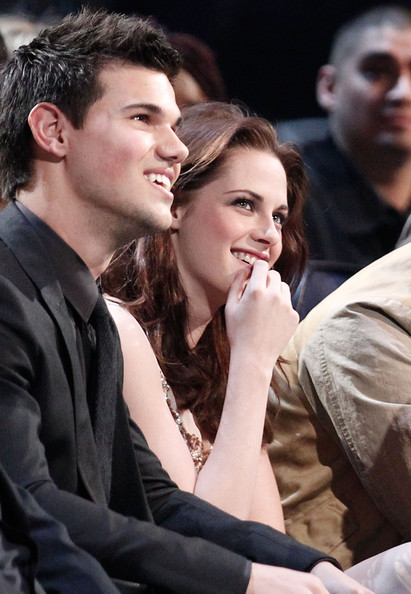 People's Choice Awards 2011 - Página 2 Taylor+Lautner+2011+People+Choice+Awards+Show+E8wmmCXKOLUl