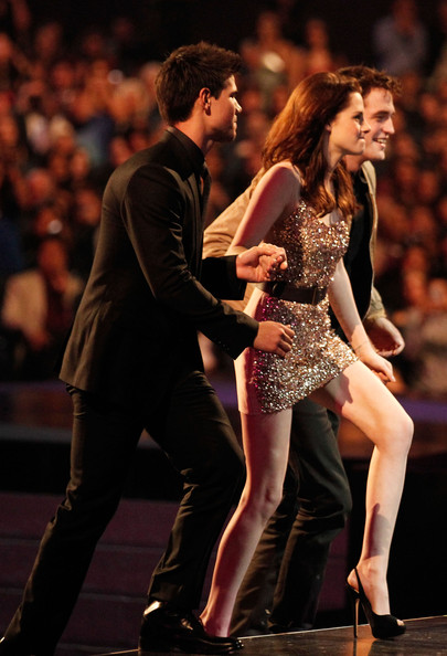 People's Choice Awards 2011 - Página 2 Taylor+Lautner+2011+People+Choice+Awards+Show+HowPQjfDDoll
