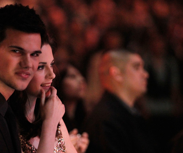 People's Choice Awards 2011 - Página 2 Taylor+Lautner+2011+People+Choice+Awards+Show+lCdkdqxtfgBl