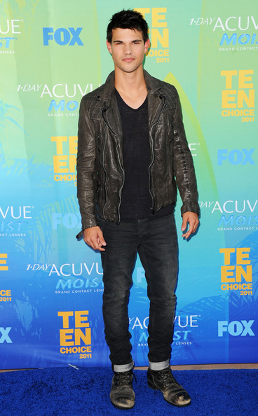 Taylor Lautner Actor Taylor Lautner arrives at the 2011 Teen Choice Awards held at the Gibson Amphitheatre on August 7, 2011 in Universal City, California.