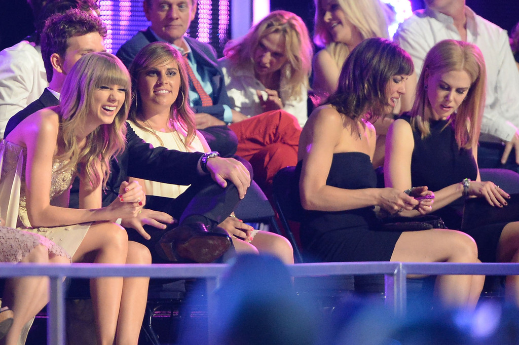 Taylor Swift - Page 39 Taylor+Swift+Backstage+CMT+Music+Awards+QnL8gP2RmL_x