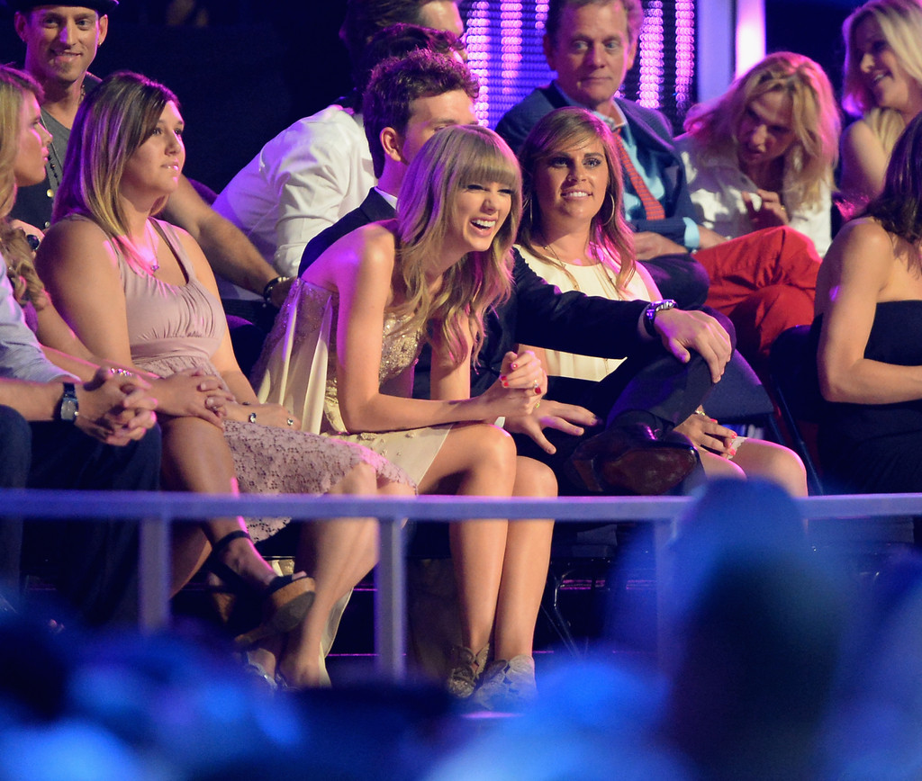 Taylor Swift - Page 39 Taylor+Swift+Backstage+CMT+Music+Awards+vzSiE-TOQCUx
