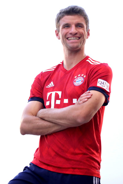 FC Bayern Muenchen And Paulaner Photo Session [red,player,t-shirt,sportswear,arm,jersey,muscle,football player,gesture,team sport,niko kovac,partner,thomas mueller,photo shoot,some,germany,brewery,fc bayern muenchen,paulaner,photo session]