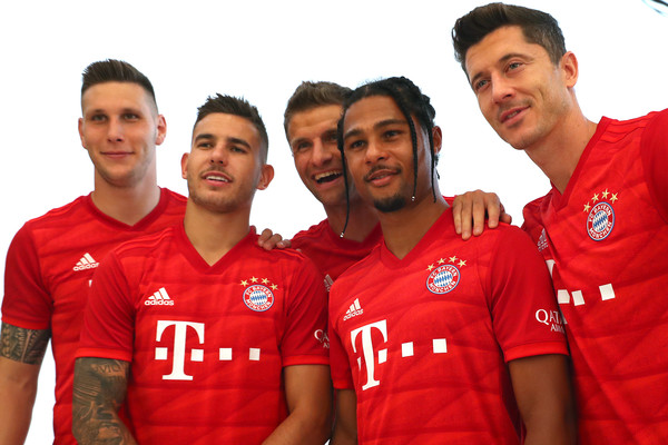 FC Bayern Muenchen And Paulaner Photo Session [team,red,jersey,t-shirt,sportswear,player,team sport,football player,soccer player,uniform,niklas suele,serge gnabry,robert lewandowski,thomas mueller,lucas hernandez,l-r,fc bayern muenchen,paulaner,fgv schmidtle studios,photo session]