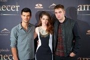 "(L-R) Actors Taylor Lautner, Kristen Stewart and Robert Pattinson attend the ""The Twilight Saga: Breaking Dawn - Part 2"" (La Saga Crepusculo: Amanecer Parte 2) photocall at the Villamagna Hotel on November 15, 2012 in Madrid, Spain."