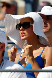 Jelena looked ladylike in an oversized pair of Chanel's bow sunglasses.