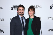 Actors Jason Ritter (L) and Melanie Lynskey attend Vanity Fair and L'Oreal Paris Toast to Young Hollywood hosted by Dakota Johnson and Krista Smith at Delilah on February 21, 2017 in West Hollywood, California.